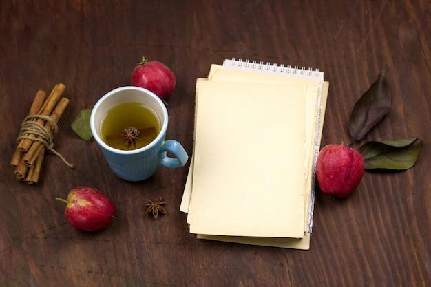 Bovenaanzicht appels, kaneel en blanco vel vintage papier Premium Foto