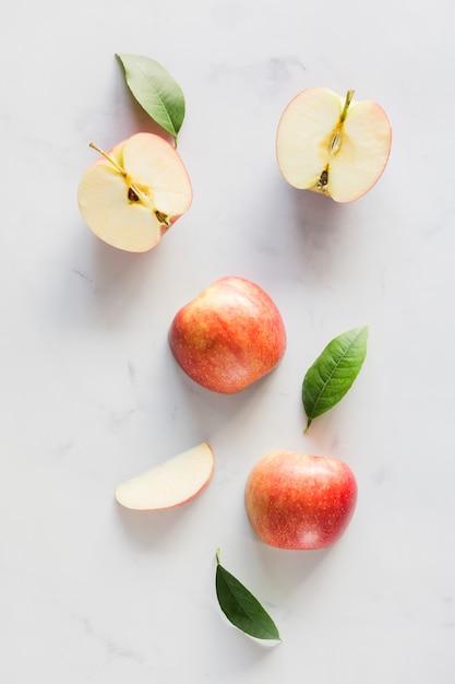 Bovenaanzicht appels met bladeren Gratis Foto