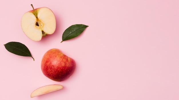 Bovenaanzicht appels met bladeren Premium Foto
