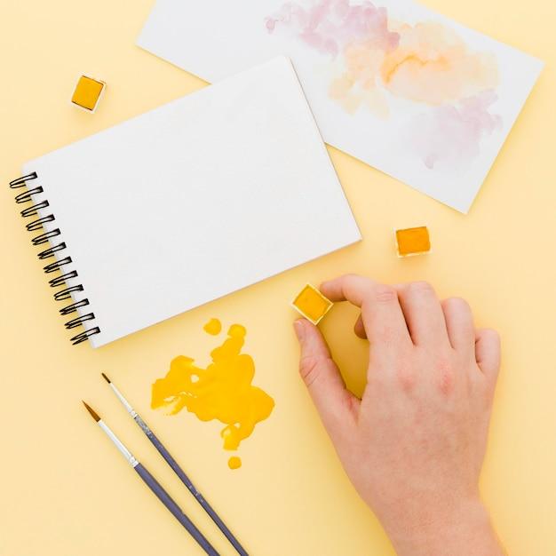 Bovenaanzicht aquarel met penselen op tafel Gratis Foto