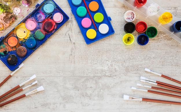 Bovenaanzicht aquarel verf en penselen Gratis Foto