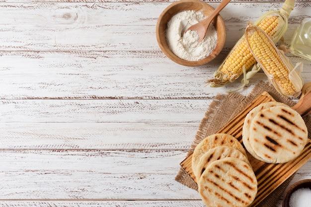 Bovenaanzicht arepa's en maïs arrangement Gratis Foto