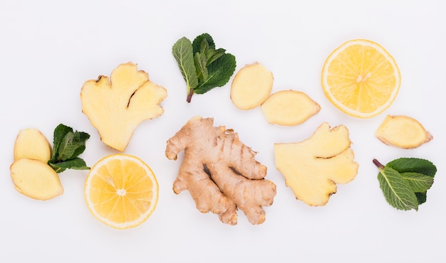 Bovenaanzicht aromatische gember met plakjes citroen Gratis Foto