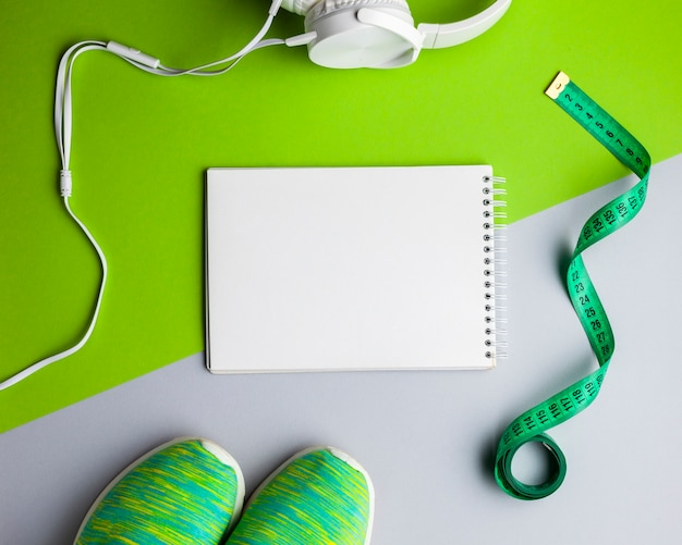 Bovenaanzicht arrangement met attributen en notitieboek Gratis Foto