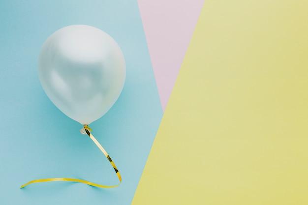 Bovenaanzicht arrangement met ballon en kopie-ruimte Gratis Foto