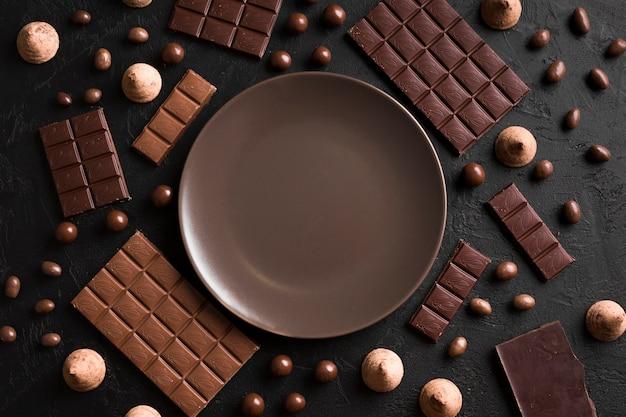 Bovenaanzicht arrangement met chocolade Gratis Foto