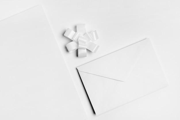 Bovenaanzicht arrangement met envelop Gratis Foto