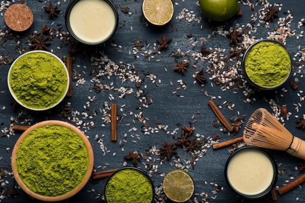 Bovenaanzicht arrangement van gepoederde groene thee Gratis Foto