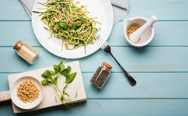 Bovenaanzicht arrangement van salade en gemalen zaden Gratis Foto