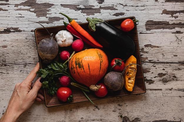 Bovenaanzicht assortiment groenten in een dienblad Gratis Foto