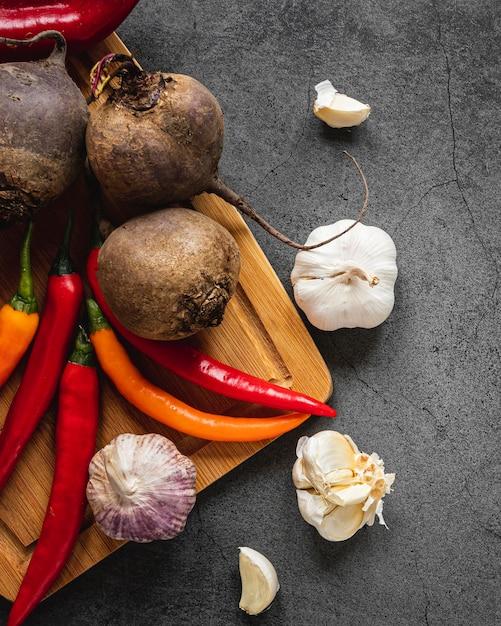 Bovenaanzicht assortiment groenten op snijplank Gratis Foto