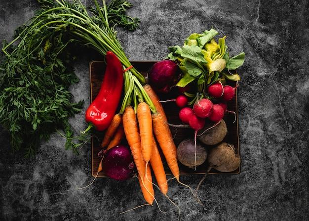 Bovenaanzicht assortiment groenten voor salade Gratis Foto