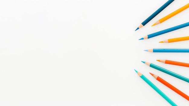Bovenaanzicht assortiment kleurrijke potloden met kopie ruimte Gratis Foto