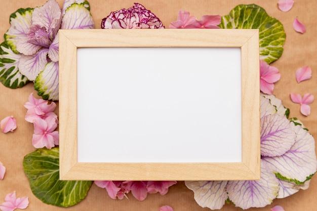 Bovenaanzicht assortiment met frame en bloemen Gratis Foto