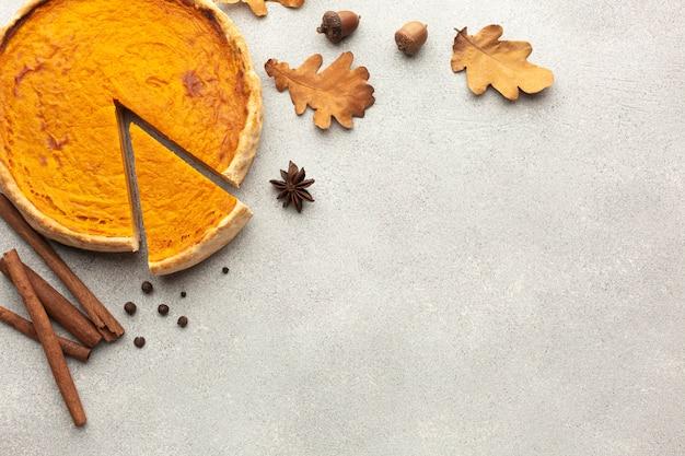 Bovenaanzicht assortiment met gesneden pompoentaart en bladeren Gratis Foto