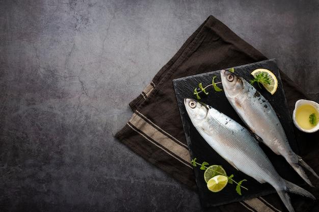 Bovenaanzicht assortiment met heerlijke vis en stucwerk achtergrond Gratis Foto