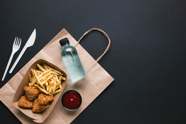 Bovenaanzicht assortiment met ongezond voedsel en water Gratis Foto