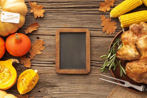 Bovenaanzicht assortiment met voedsel en houten frame Gratis Foto
