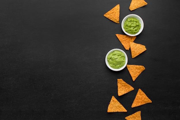 Bovenaanzicht assortiment nacho's met guacamole Gratis Foto