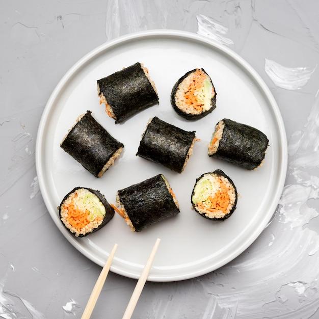 Bovenaanzicht assortiment sushi rolletjes Gratis Foto