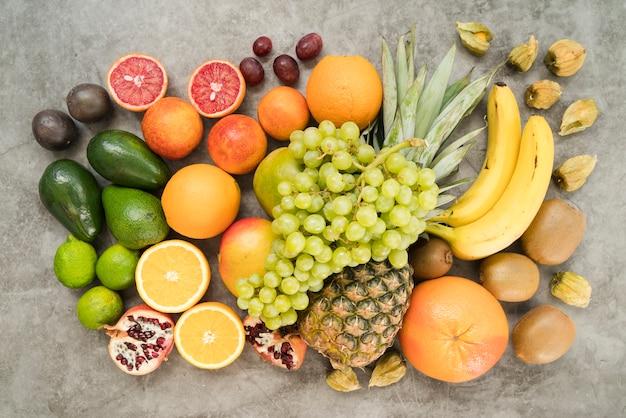 Bovenaanzicht assortiment van exotische vruchten op tafel Gratis Foto
