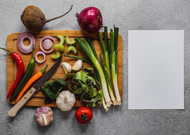 Bovenaanzicht assortiment van groenten en blanco papier Premium Foto