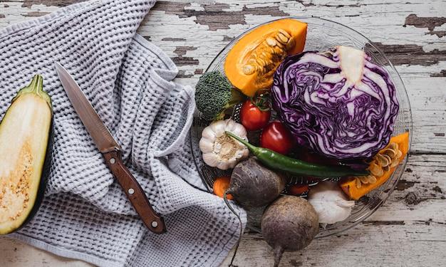 Bovenaanzicht assortiment van groenten en stoffen Gratis Foto