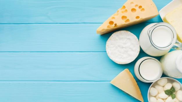 Bovenaanzicht assortiment van heerlijke kaas met kopie ruimte Premium Foto