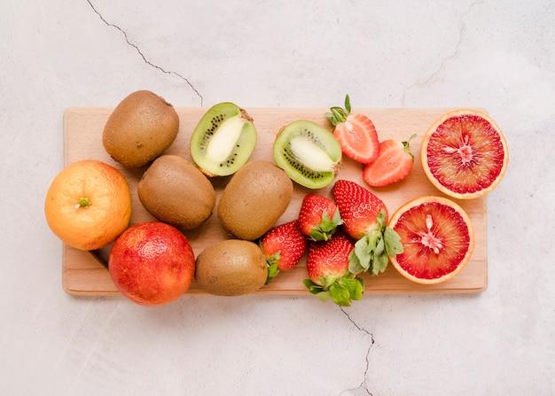 Bovenaanzicht assortiment van heerlijke vruchten op tafel Gratis Foto