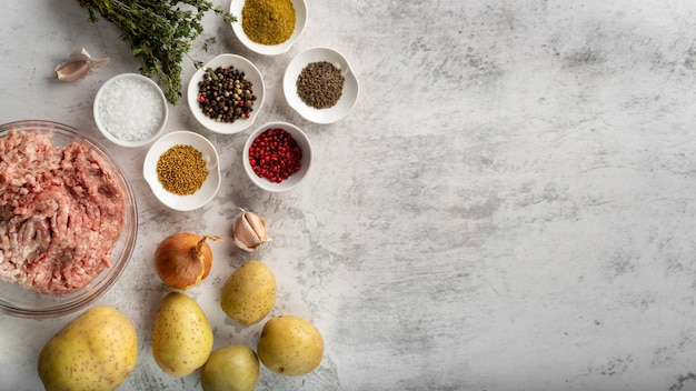 Bovenaanzicht assortiment van lekker eten en ingrediënten Gratis Foto