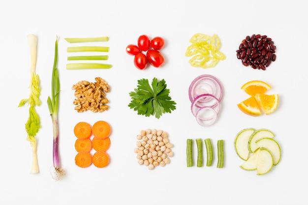 Bovenaanzicht assortiment van verse groenten op tafel Gratis Foto