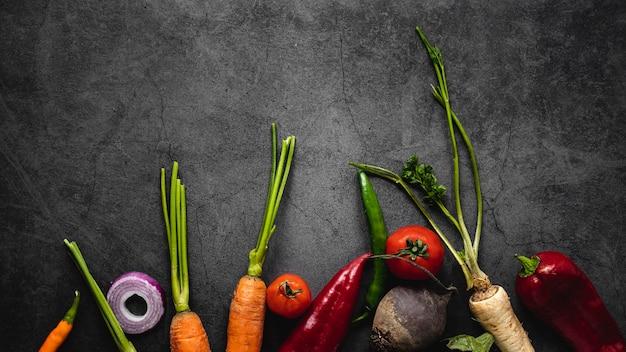 Bovenaanzicht assortiment van wortelen en andere groenten Gratis Foto