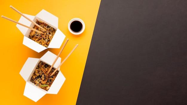 Bovenaanzicht aziatisch eten met soja Gratis Foto