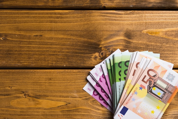 Bovenaanzicht bankbiljetten op houten tafel Premium Foto
