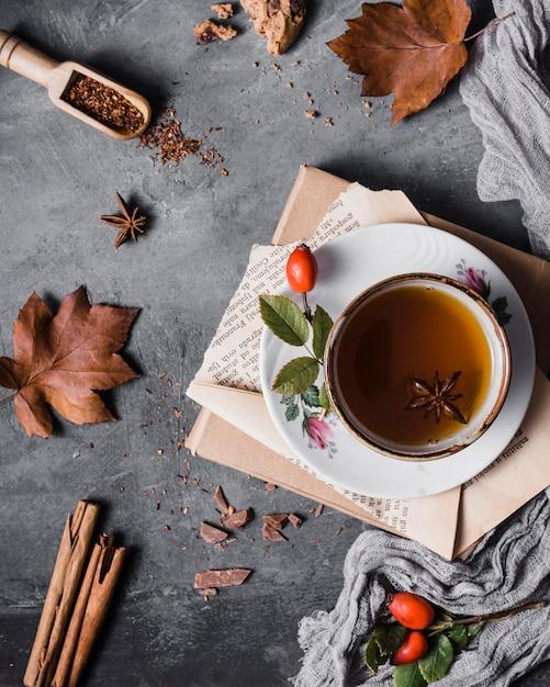 Bovenaanzicht beker met thee en steranijs Gratis Foto