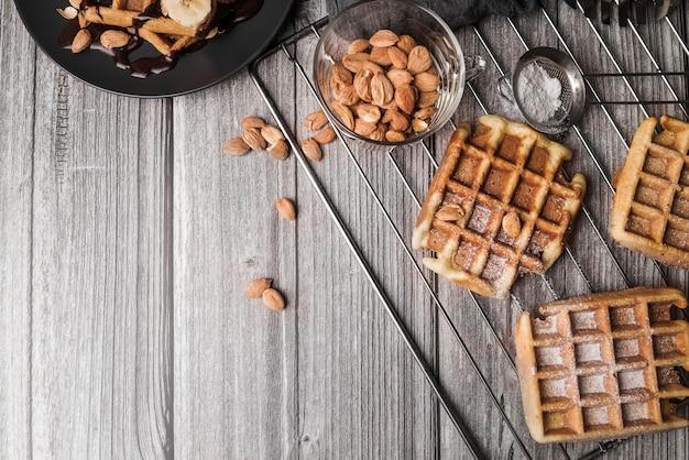 Bovenaanzicht belgische wafel met amandelen Gratis Foto