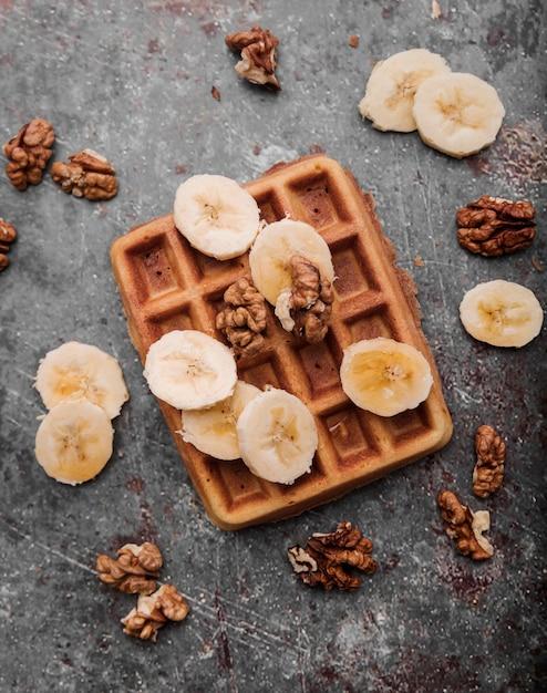 Bovenaanzicht belgische wafel met banaan Gratis Foto
