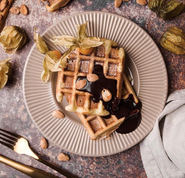 Bovenaanzicht belgische wafel met topping Gratis Foto