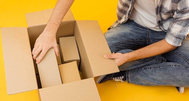 Bovenaanzicht bezorger regelen leveringspakketten Gratis Foto