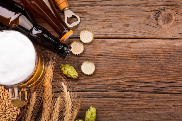 Bovenaanzicht bier met verse ingrediënten Gratis Foto
