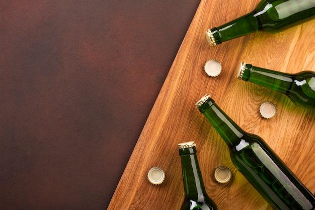 Bovenaanzicht bierflessen met kopie ruimte Premium Foto