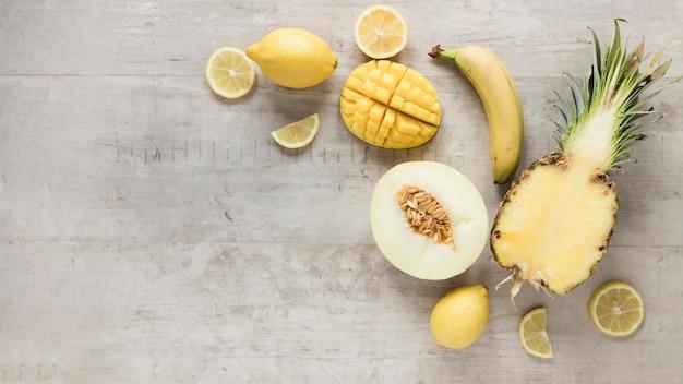 Bovenaanzicht biologisch fruit op tafel Gratis Foto