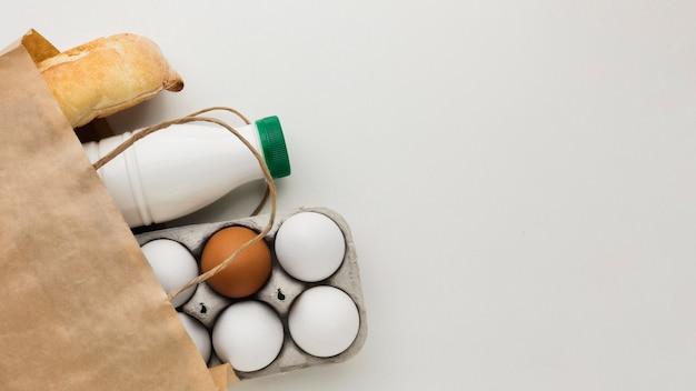 Bovenaanzicht biologische eieren en verse melk met kopie ruimte Gratis Foto