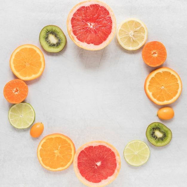 Bovenaanzicht biologische en verse plakjes fruit Gratis Foto