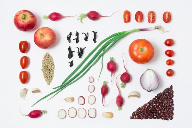 Bovenaanzicht biologische groenten en appels op tafel Gratis Foto