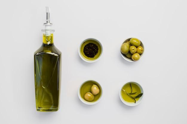 Bovenaanzicht biologische olijfolie en olijven Gratis Foto