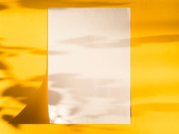 Bovenaanzicht blanco papier met schaduwen Gratis Foto