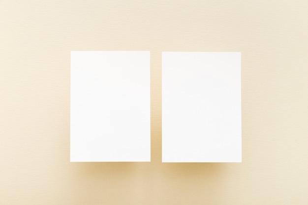 Bovenaanzicht blanco visitekaartjes Gratis Foto