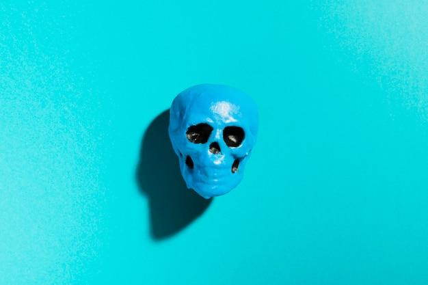 Bovenaanzicht blauwe schedel op blauwe achtergrond Gratis Foto