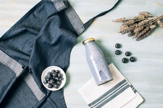 Bovenaanzicht blauwe smoothie en schort Gratis Foto